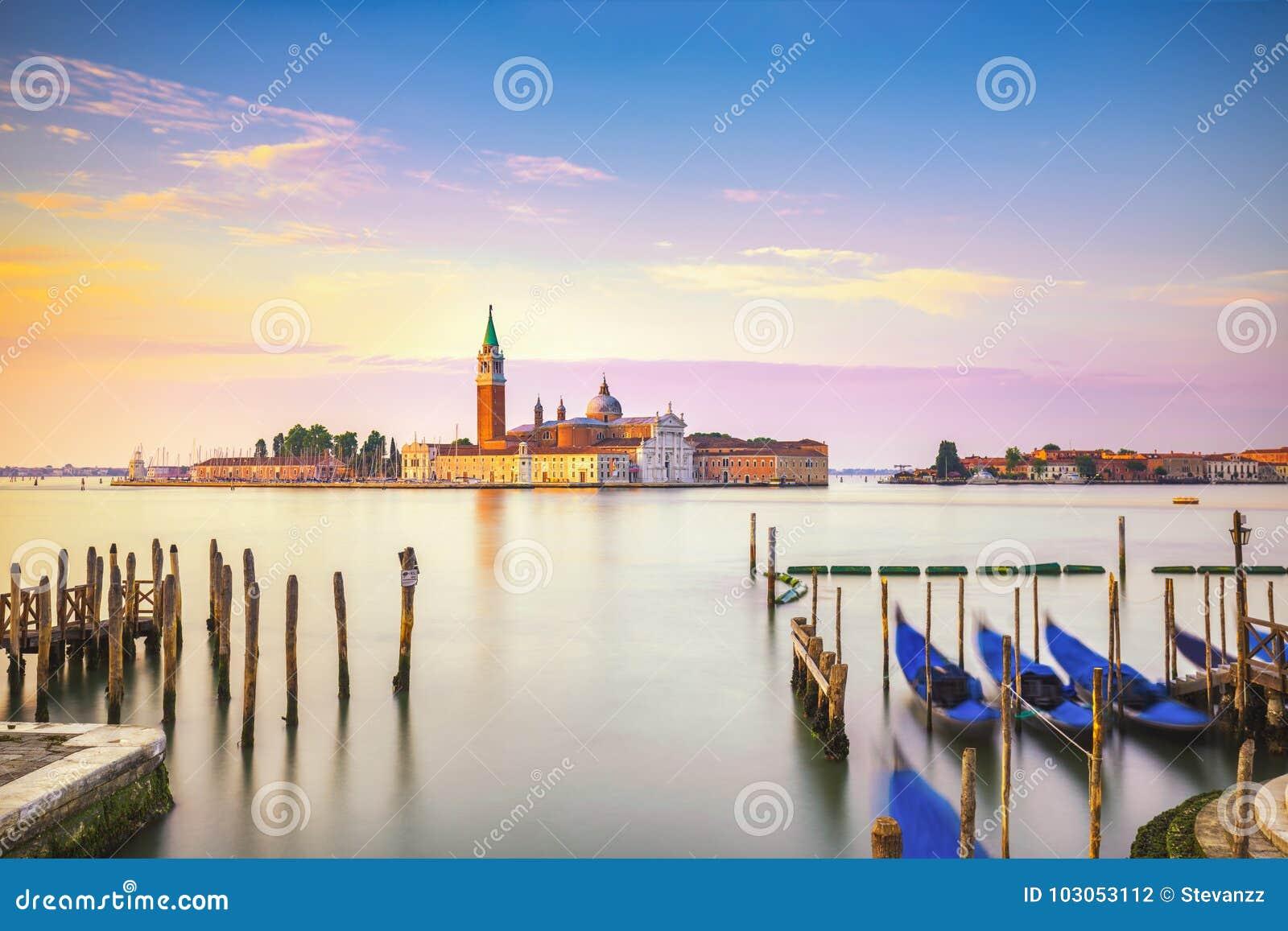 Laguna di Venezia, chiesa di San Giorgio, gondole e pali L Italia