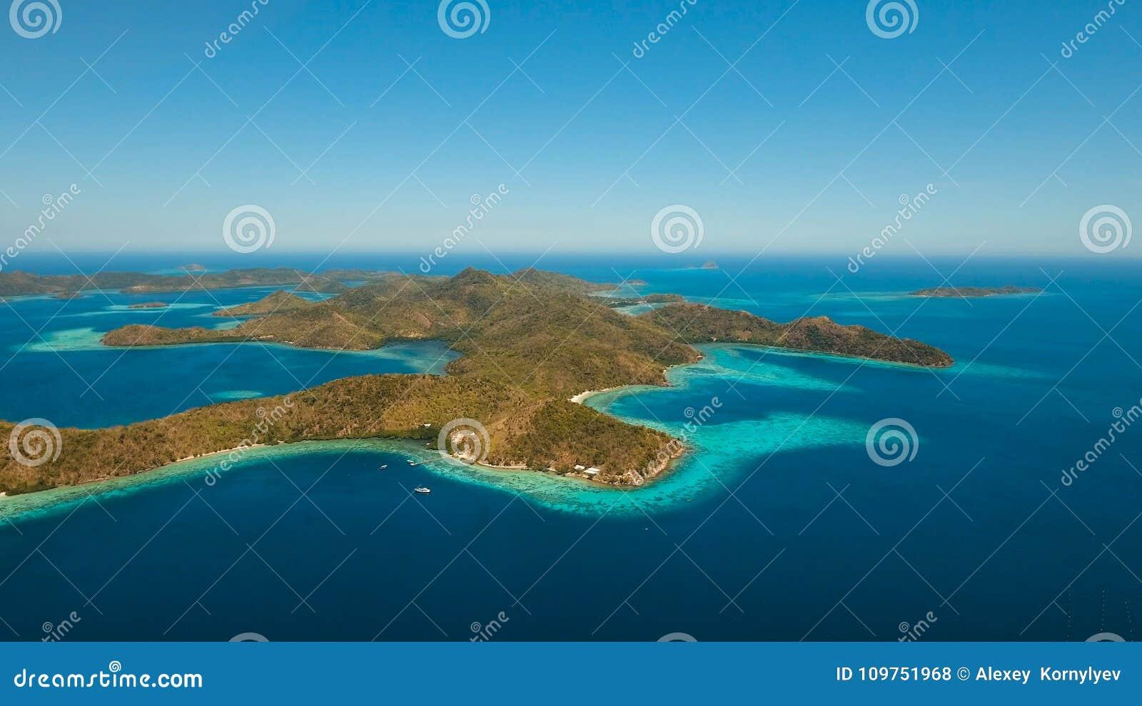 Laguna tropical de la visión aérea, mar, playa Isla tropical Coron, Palawan, Filipinas