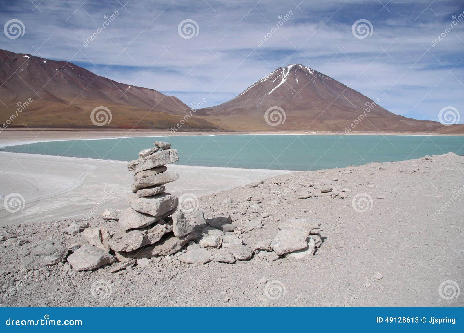 Laguna Verde y volcán en Salar de Uyuni, Bolivia