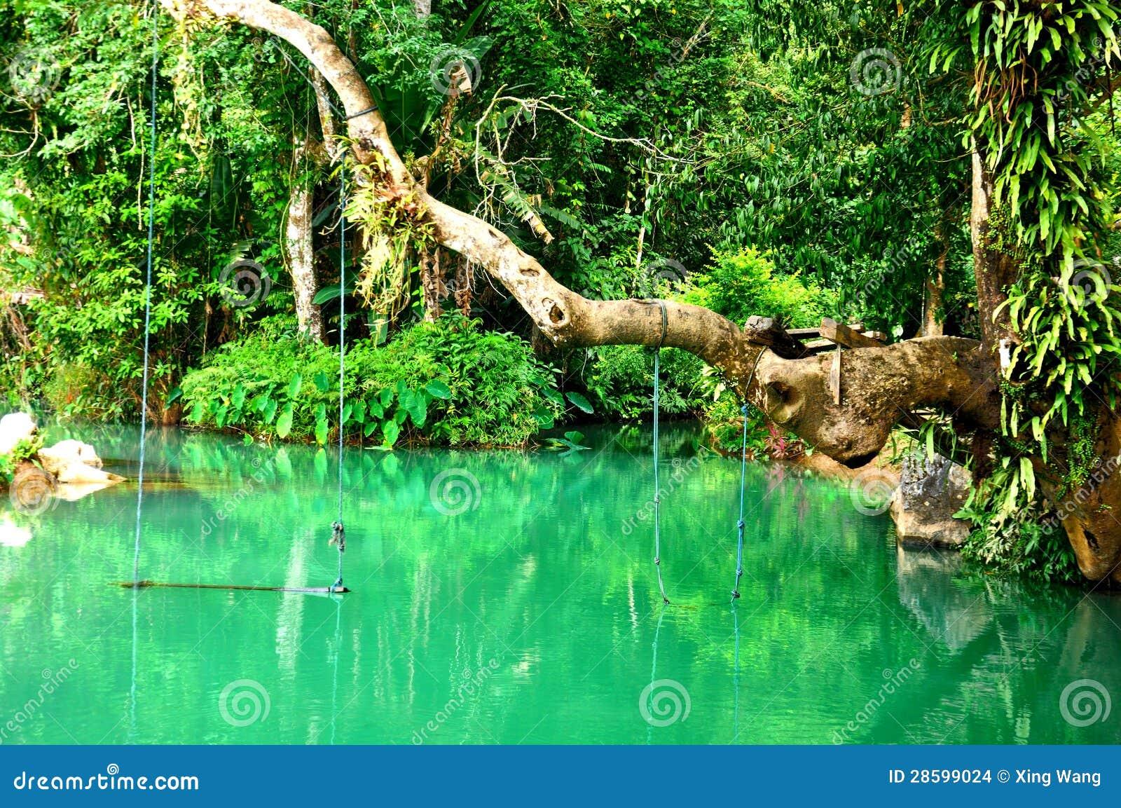 Lagune bleue dans Vang Vieng, les Laotiens