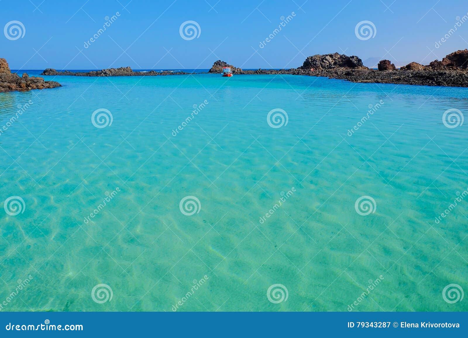 Lagune Mit Transparentem Blauem Wasser Und Einem Boot Auf ...