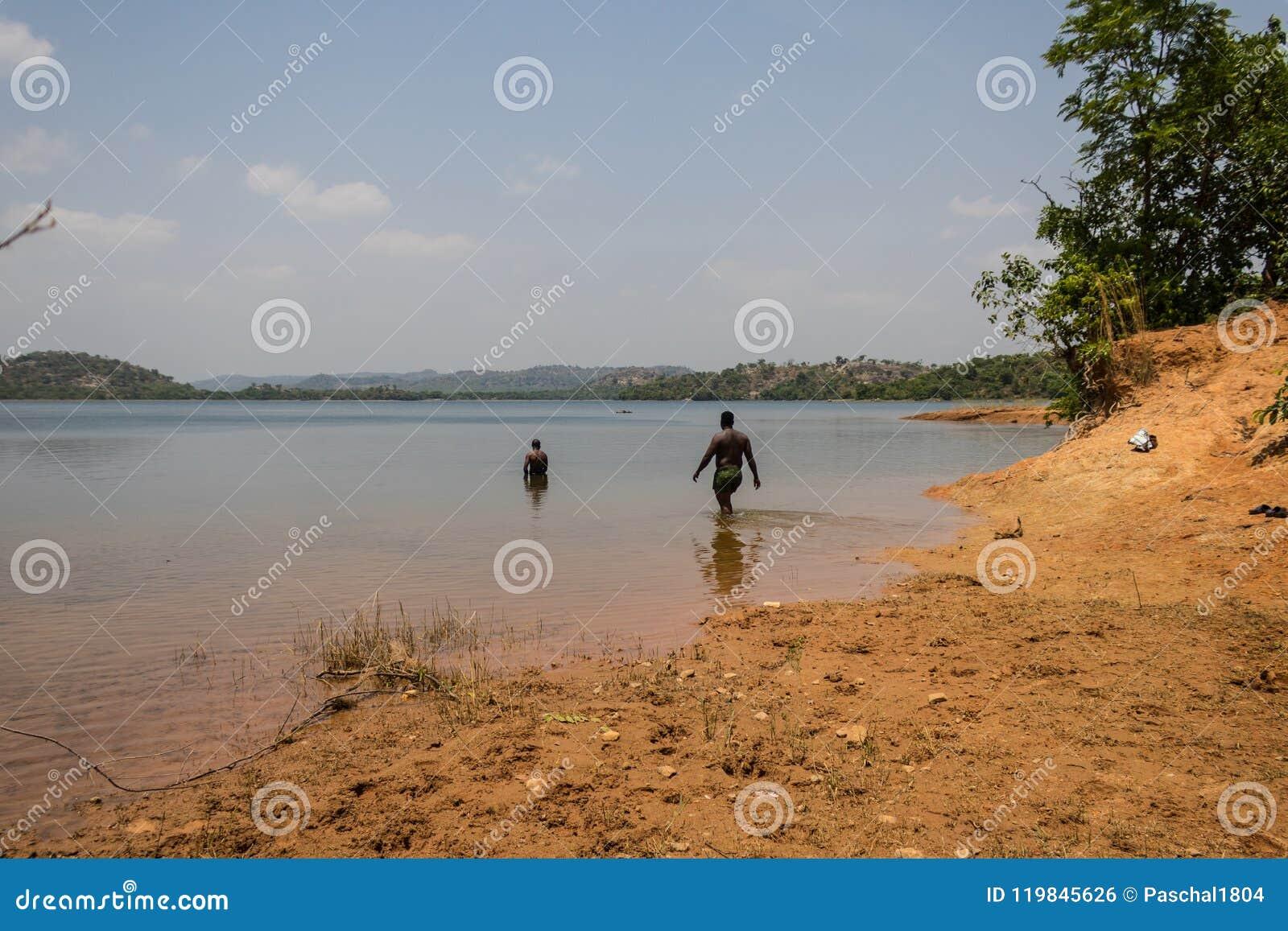 Laissez le ` s aller nager sous le soleil africain