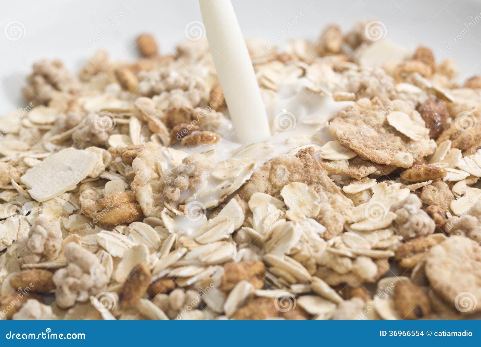 Lait d éclaboussure sur des céréales
