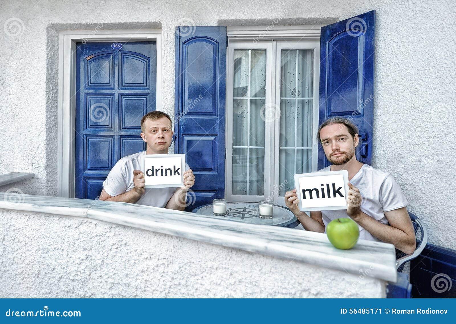 Lait de boissons de jeunes hommes