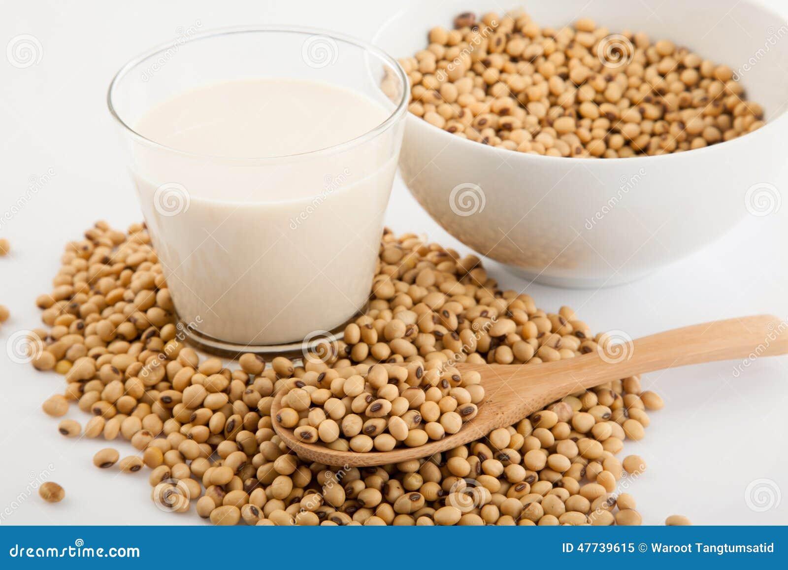 lait de soja en verre avec du soja et la cuill re en bois photo stock image 47739615. Black Bedroom Furniture Sets. Home Design Ideas