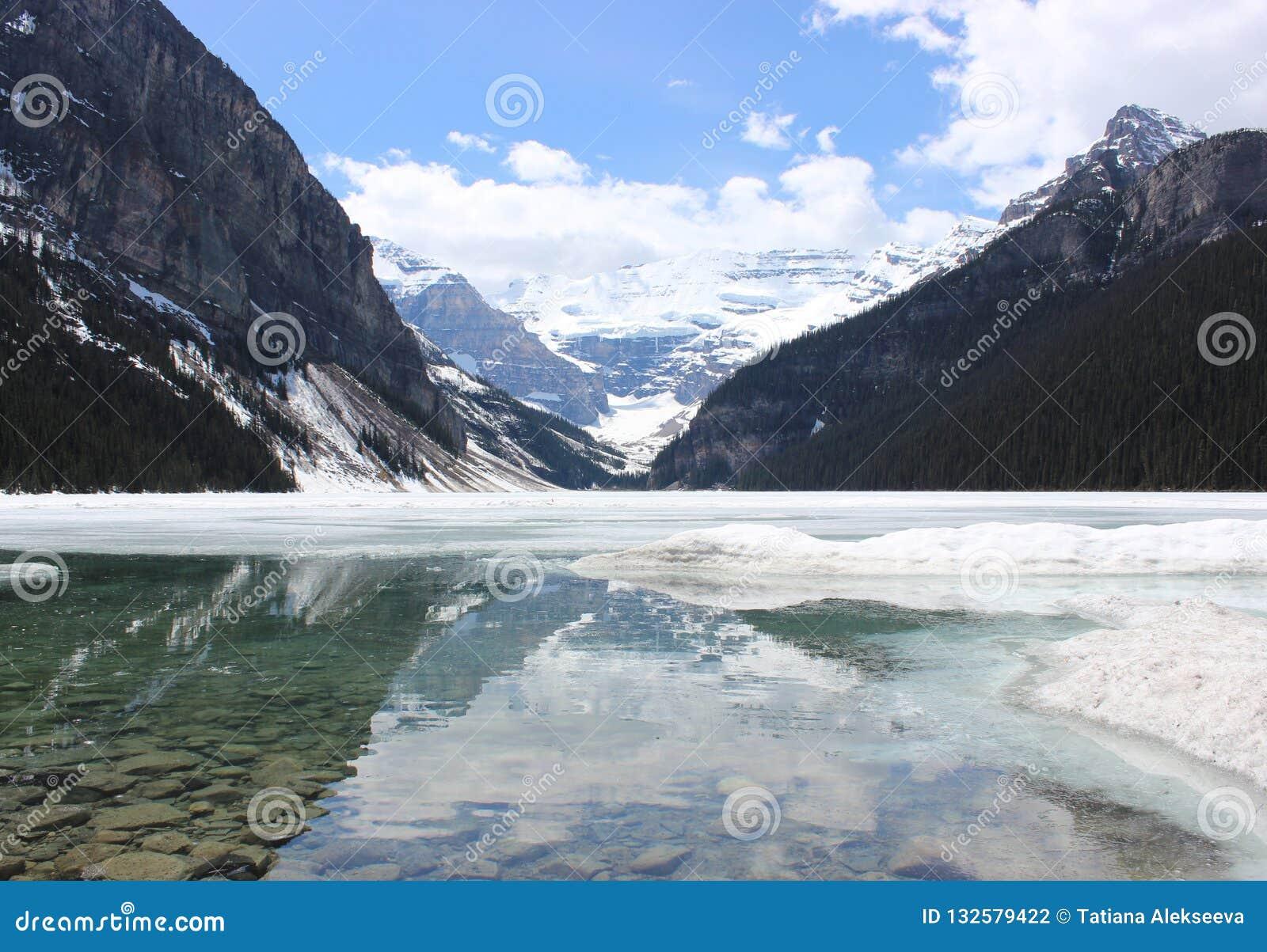Lake Louise весной, Альберта, Канада