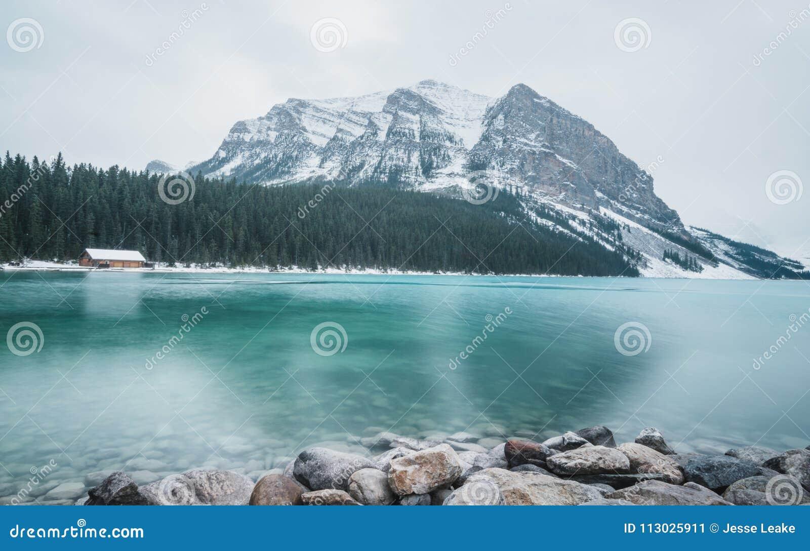 Lake Louise está congelando lentamente encima en la caída