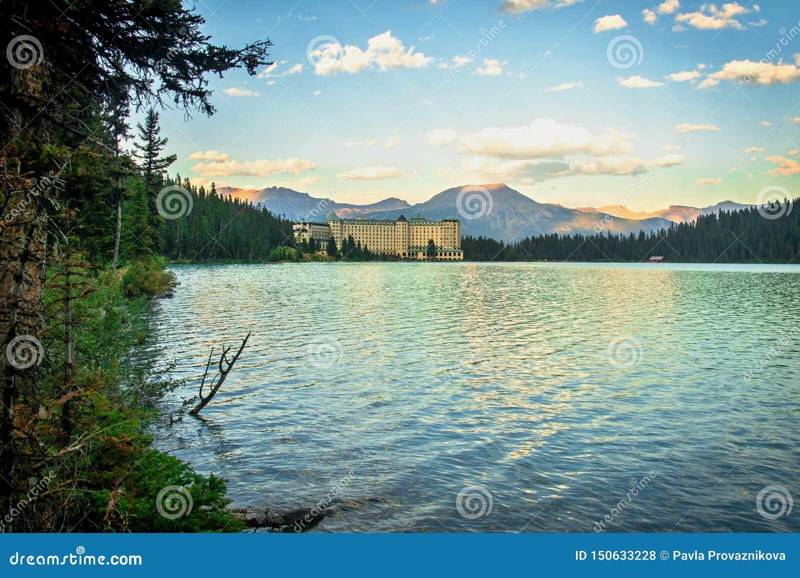 Lake Louise et hôtel de château de Fairmont dans Rocky Mountains