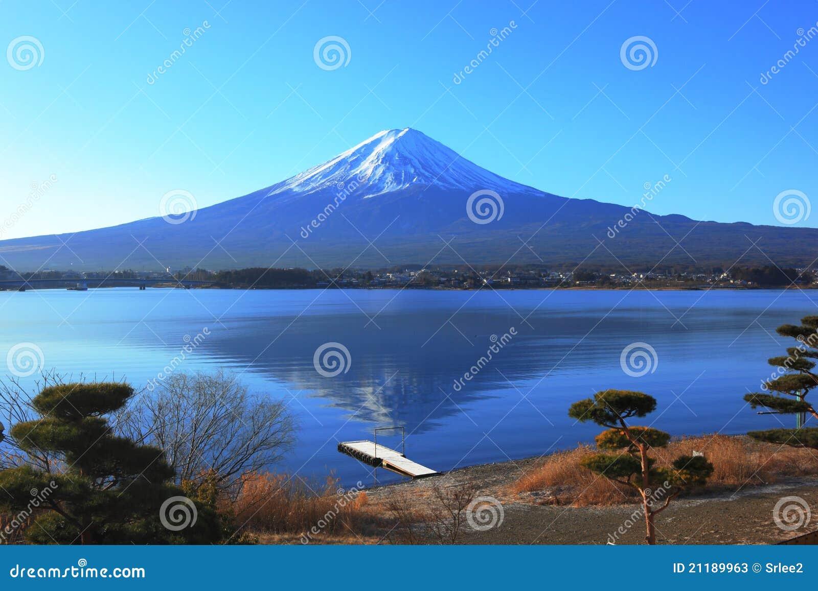 Lake side view of Mountain Fuji, Japan