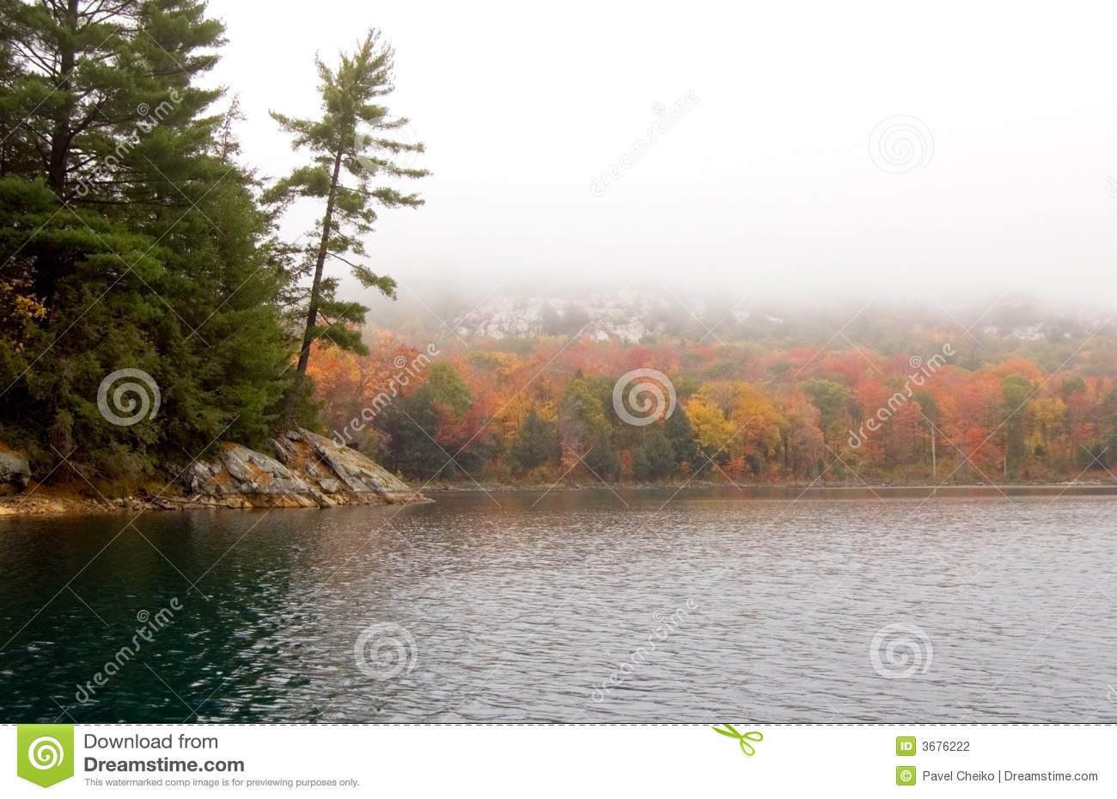 Download Lakeshore fotografia stock. Immagine di autunno, collina - 3676222