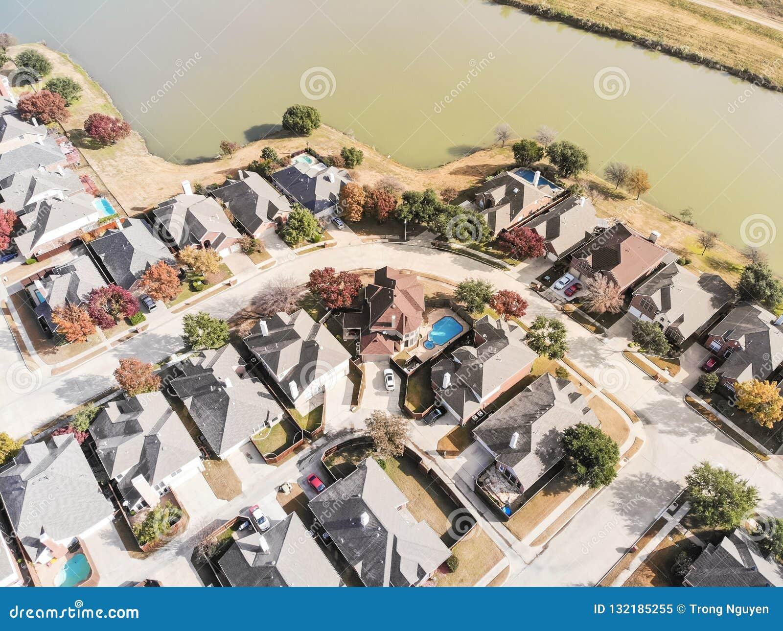 Lakesidebostadsområde för bästa sikt med den färgrika höstnedgångbetesmarken