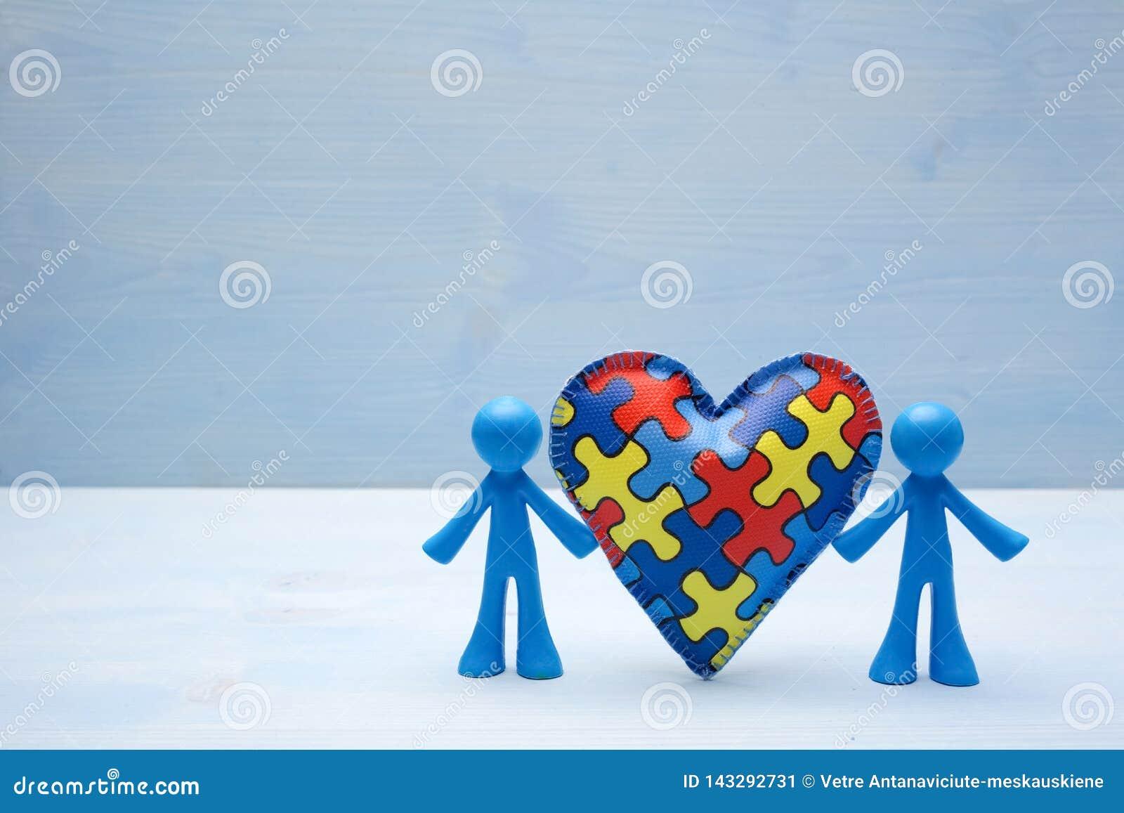 Lal dzieci tło z symbolicznym autyzm łamigłówki sercem
