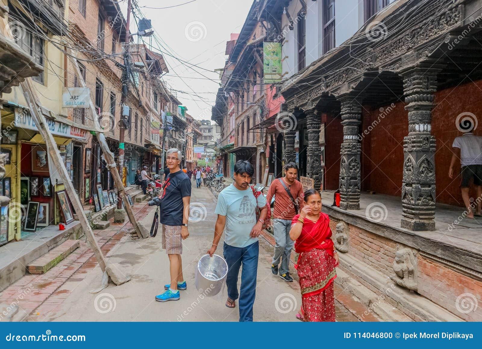 Lalitpur Nepal, Wrzesień, - 21, 2016: Ludzie chodzi w ulicach Lalitpur wielkomiejski miasto, Nepal