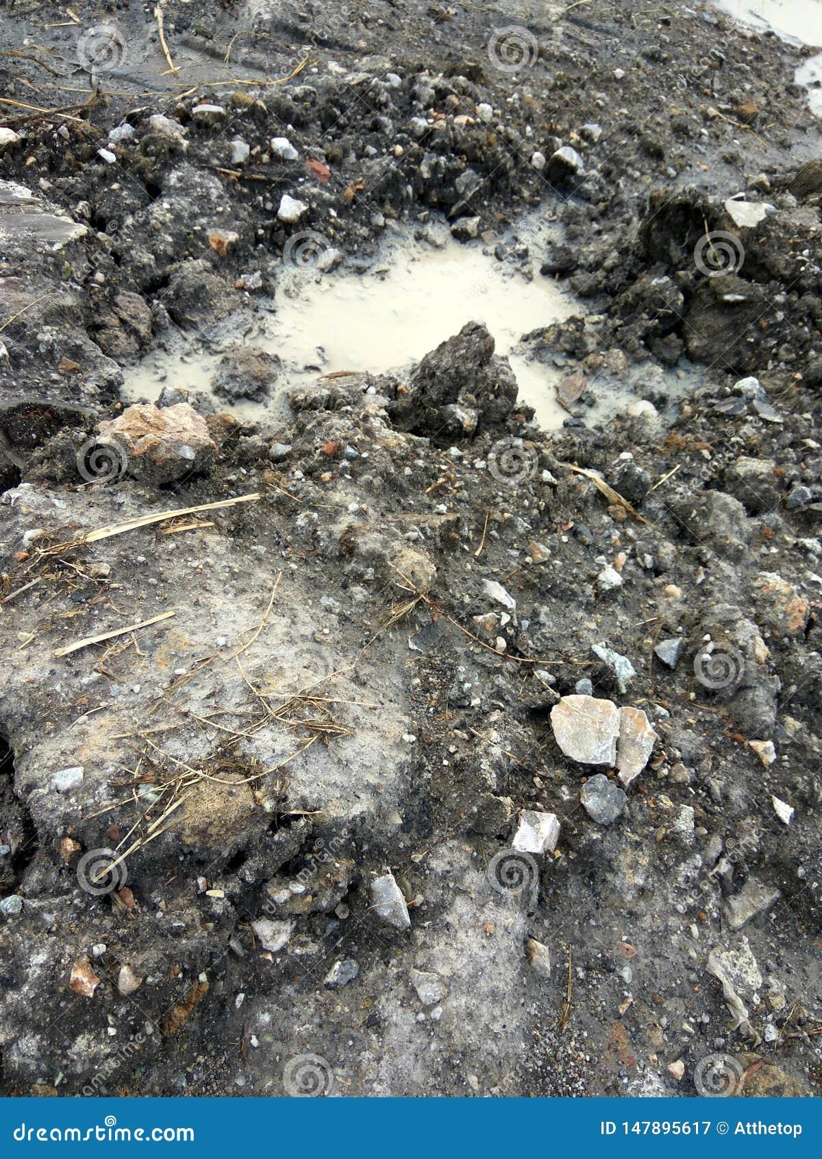 Lama e pedra e o canteiro de obras
