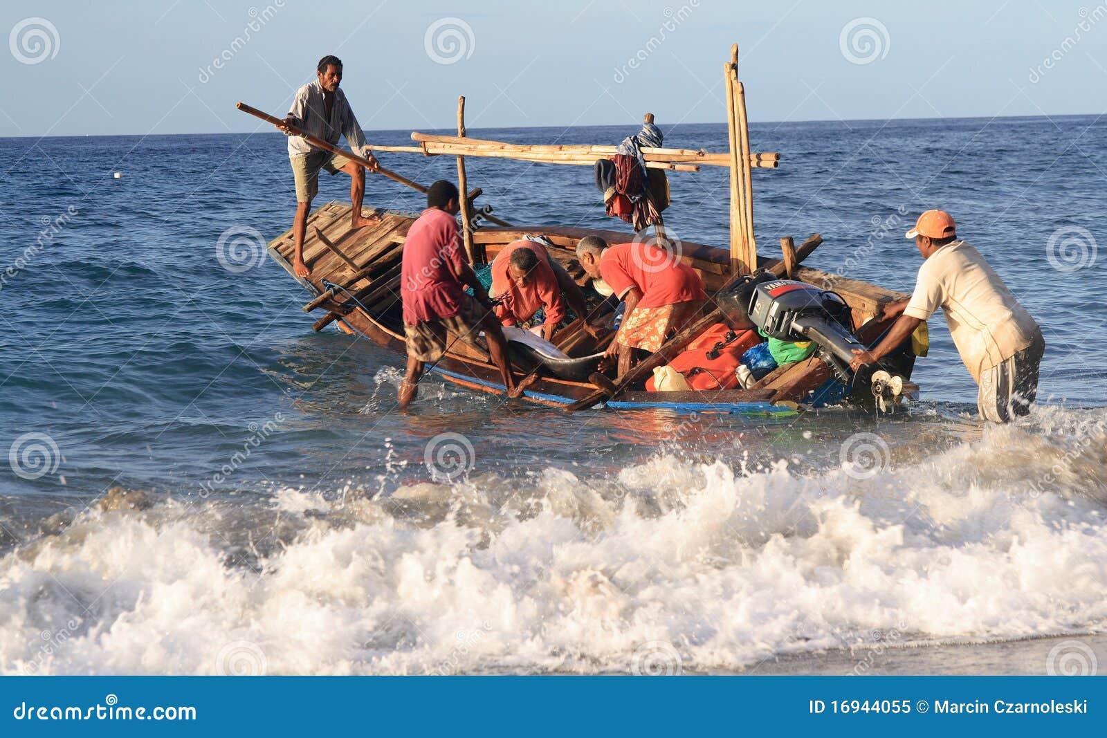 Lamalera Whalers, nachdem ein Delphin abgefangen worden ist