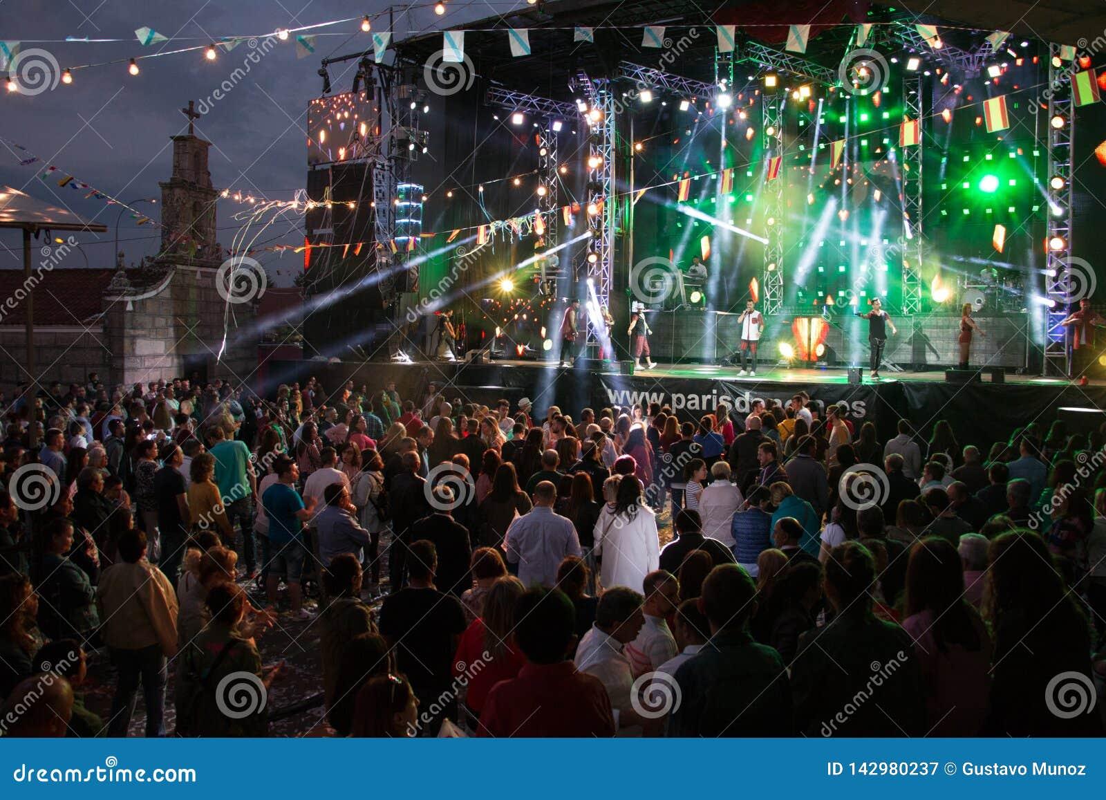 Lamas, Galiza, Espanha - maio, 8, 2018: Concerto pela orquestra famosa de Paris de Noia nos festivais populares da cidade das Lam