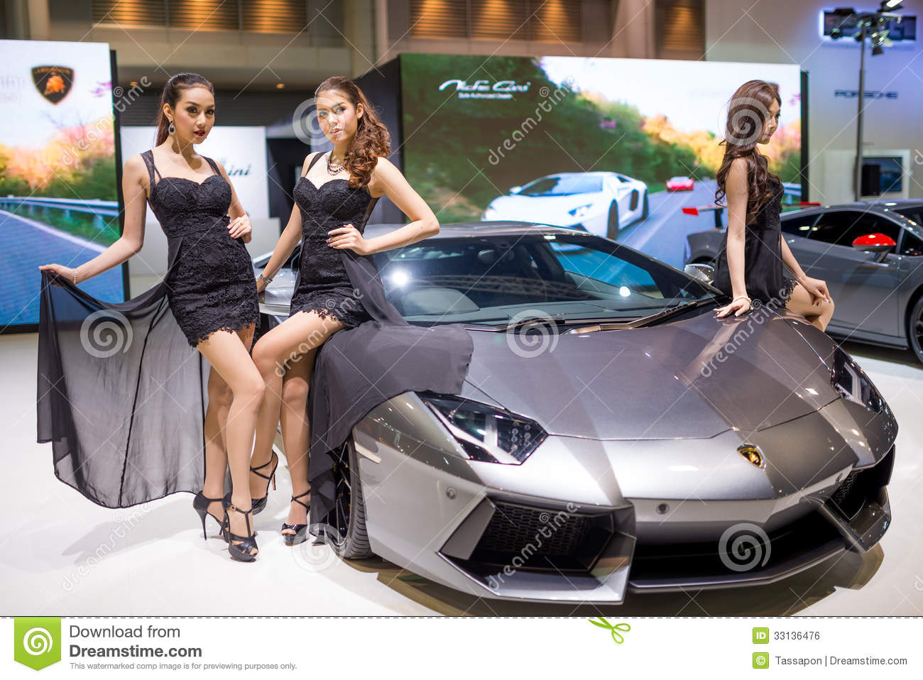 lamborghini aventador avec de jolies filles sur l 39 affichage photo ditorial image du ditorial. Black Bedroom Furniture Sets. Home Design Ideas