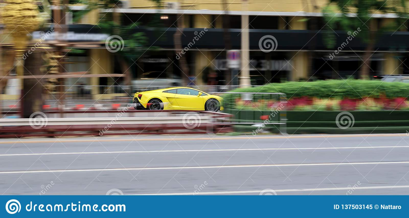 Lamborghini Gallardo amarelo que conduz muito rápido na rua Borrão de movimento