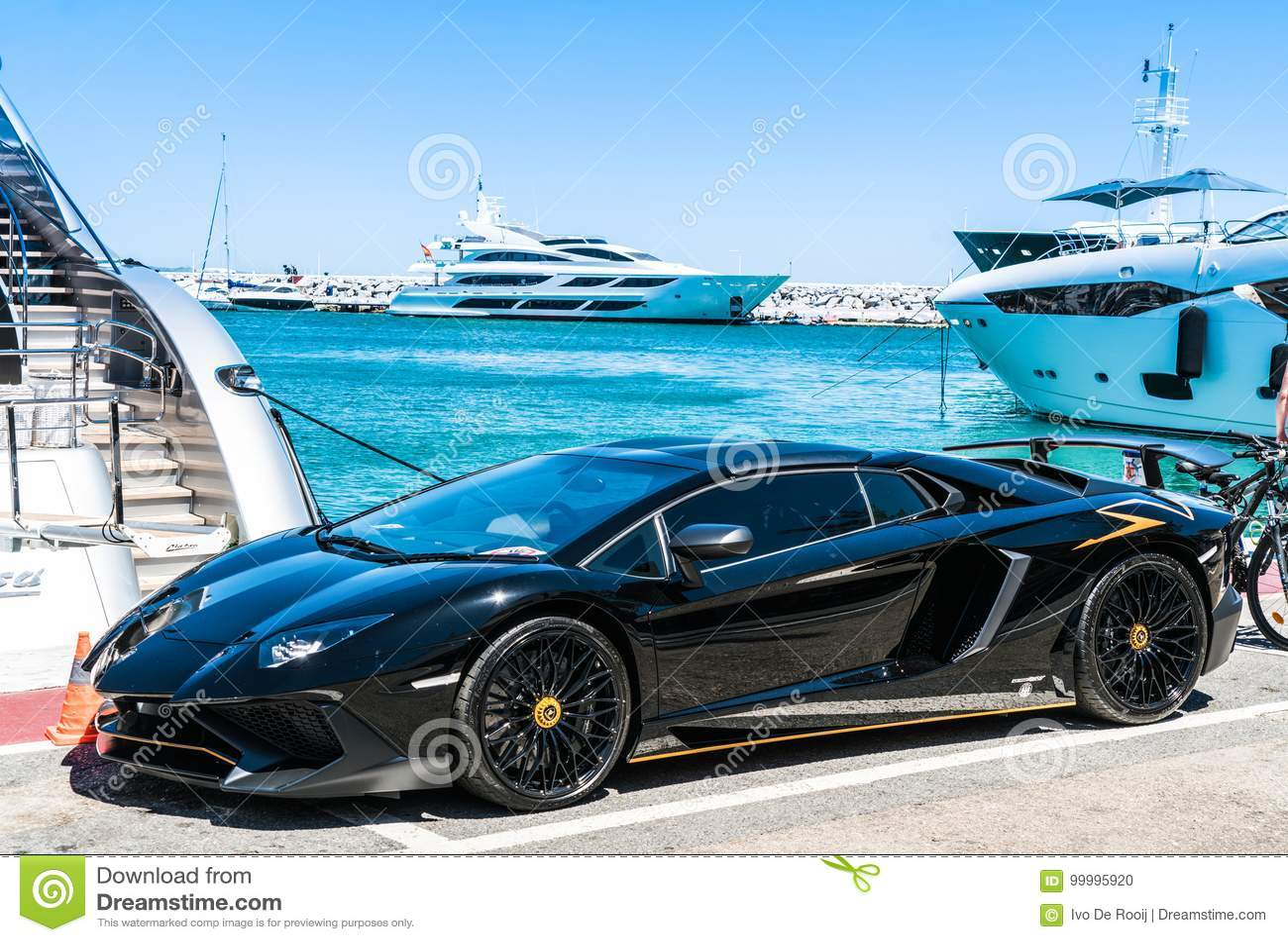 Lamborghini negro en el puerto