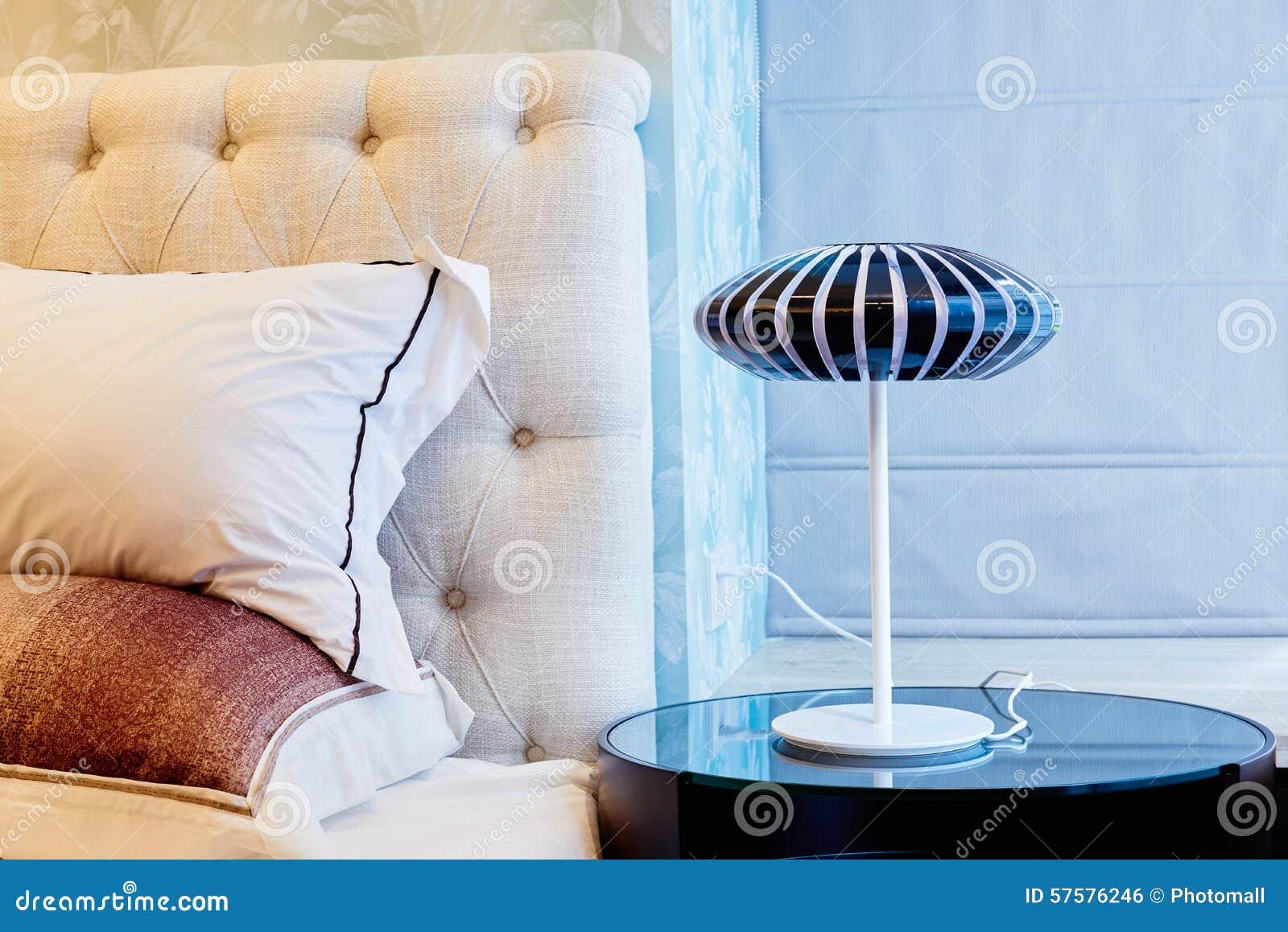 Lamp op bedlijst in slaapkamer stock foto   afbeelding: 57576246