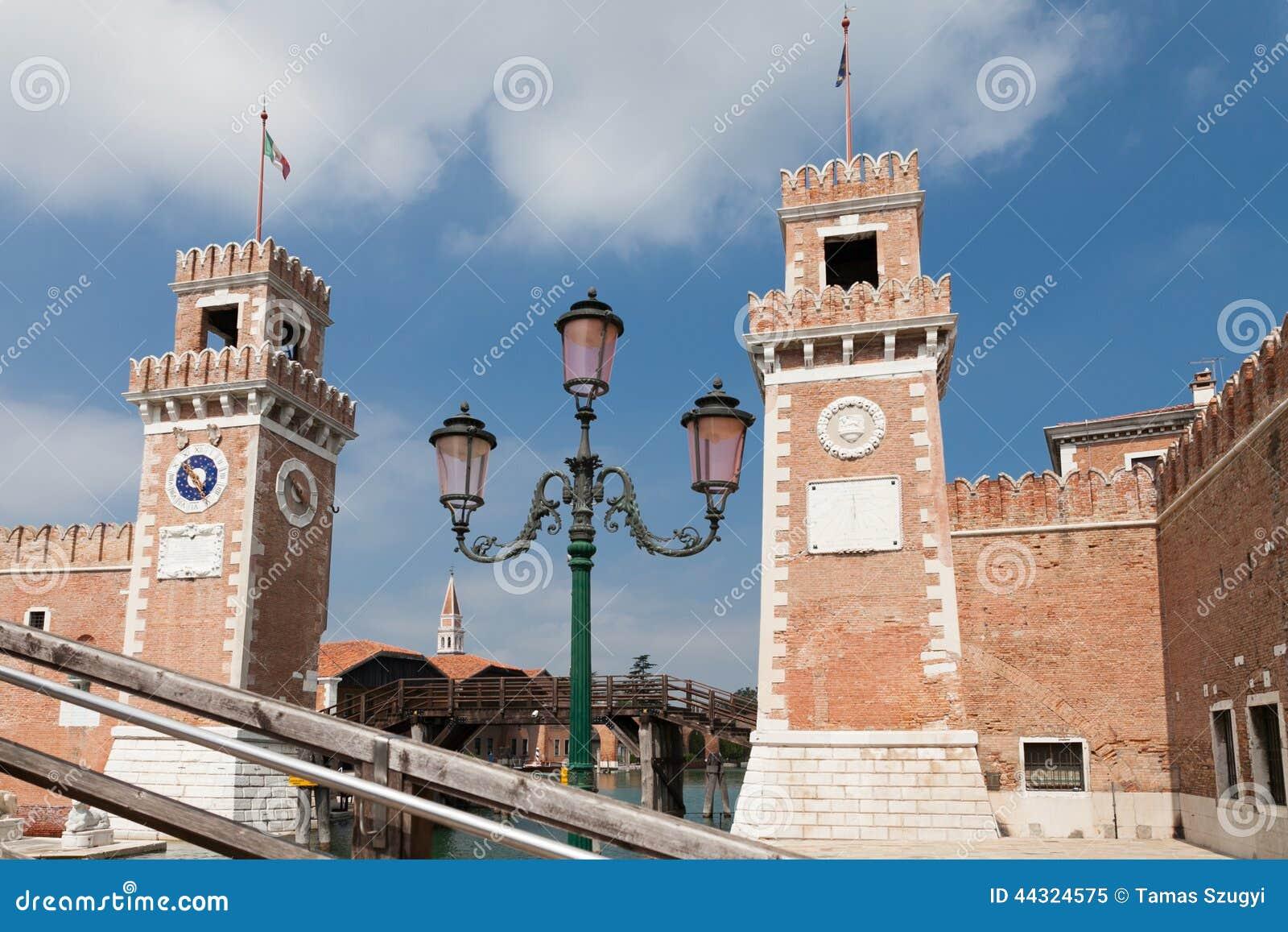 Lamp vóór de poortentorens van arsenale Venetië