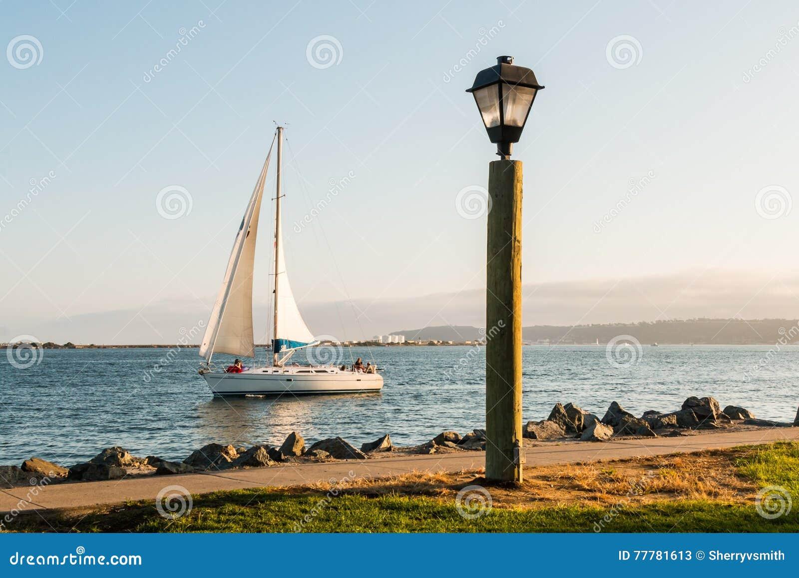 Lampa i ścieżka z żagiel łodzią w San Diego zatoce