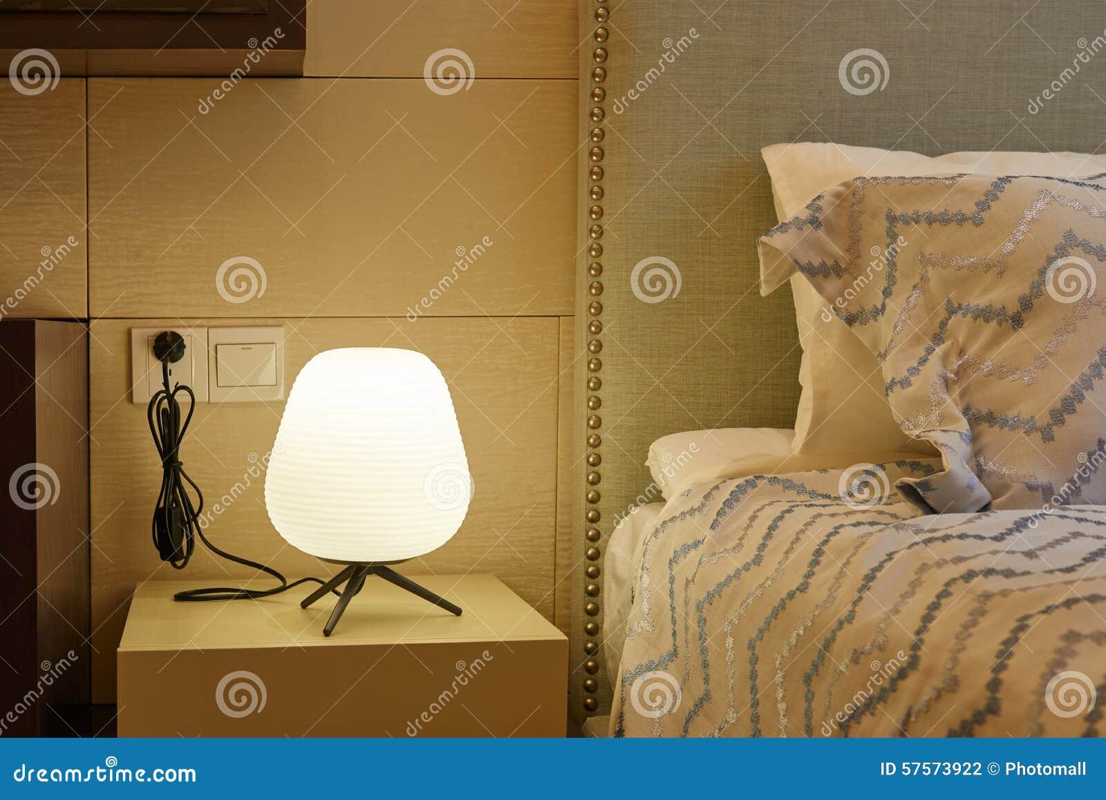 Lampa på nattduksbordet i sovrum arkivfoto   bild: 57573922