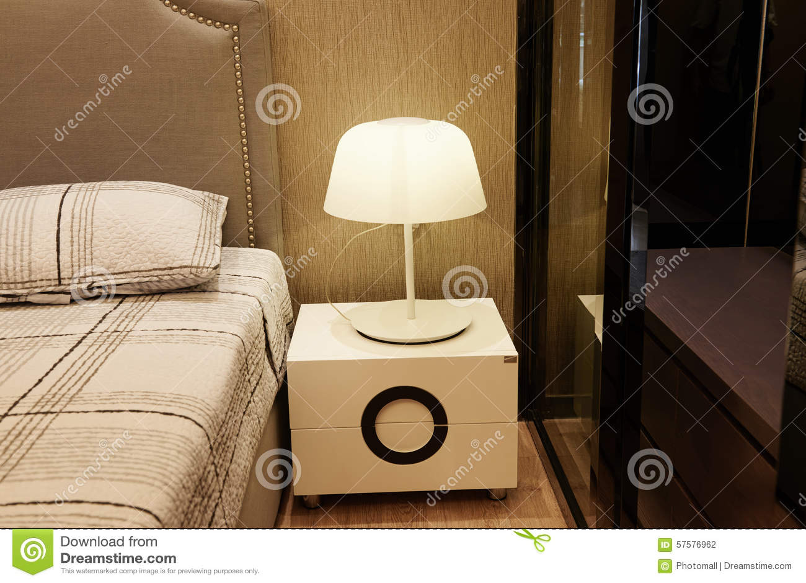 Lampa på nattduksbordet i sovrum arkivfoto   bild: 57576962