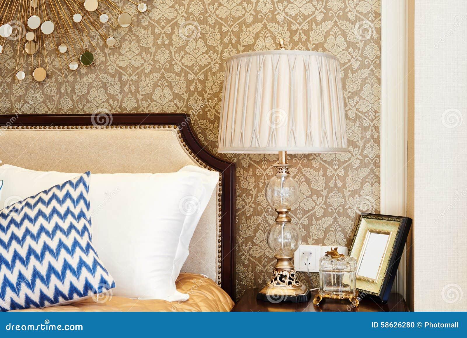 Modern tabelllampa på en nattduksbord arkivfoto   bild: 61388919