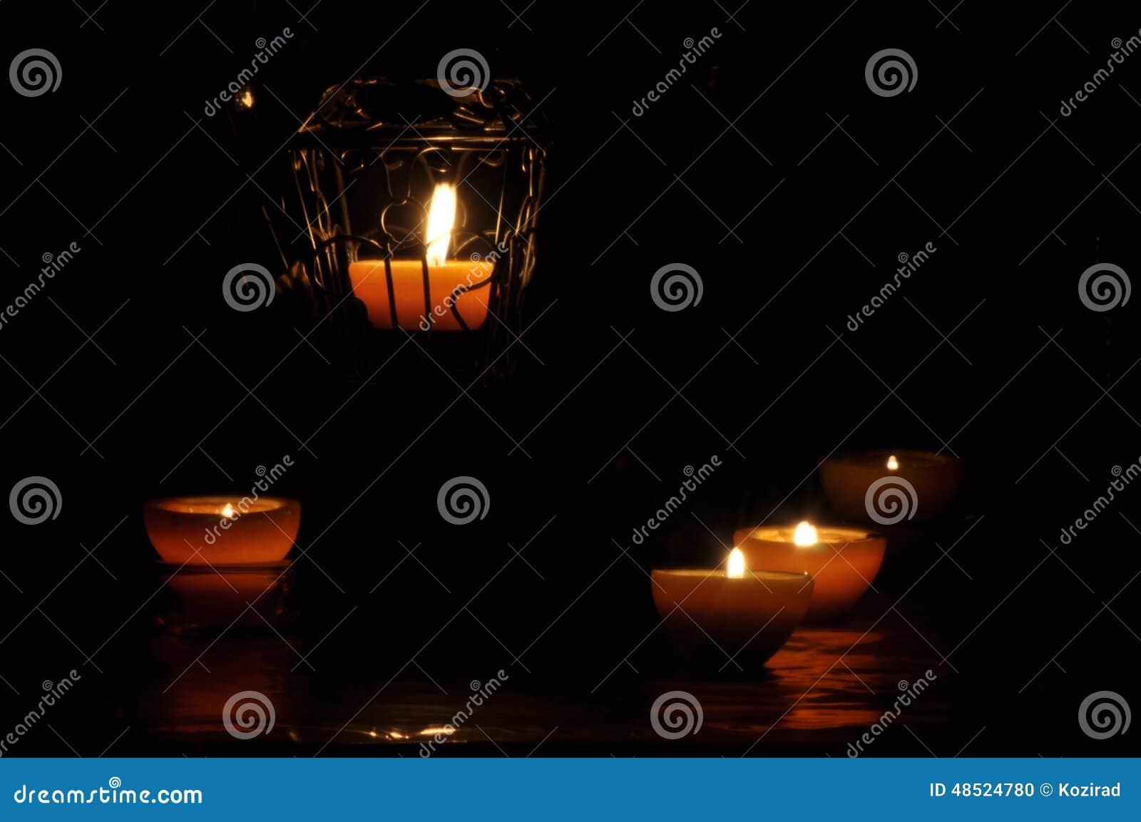 Lampa stearinljus som skiner i mörkret Challis flamma konstnärlig sammansättning lighting