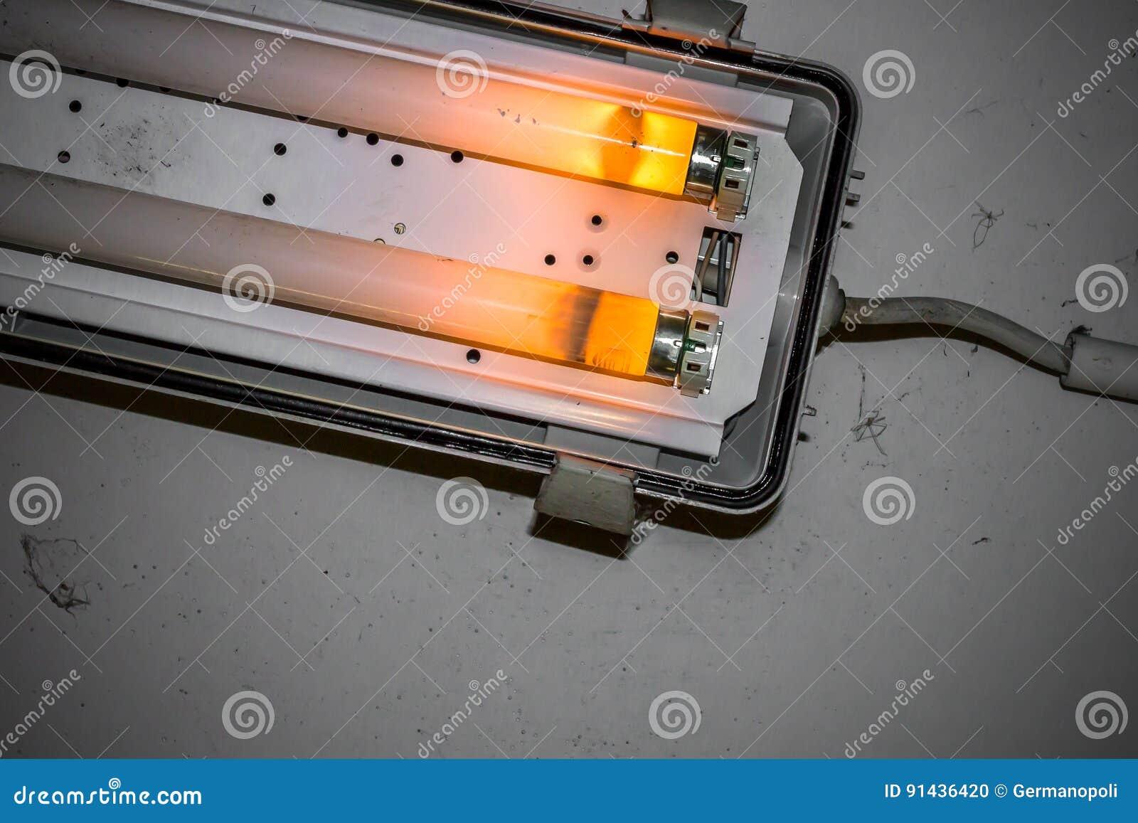 Lampada al neon rotta fotografia stock immagine di bianco