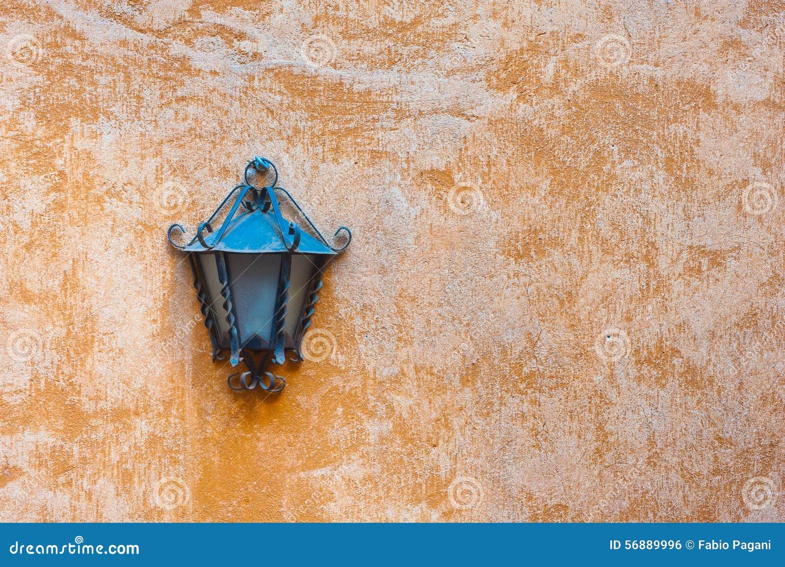 Lampada all aperto del giardino sulla parete arancio