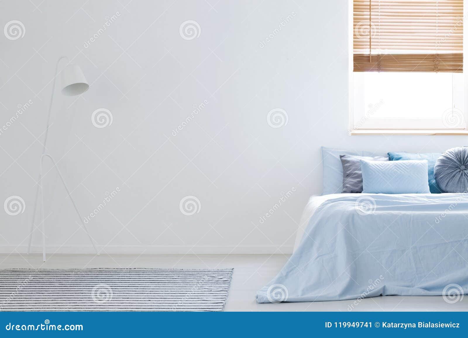 Lampada bianca nell interno della camera da letto con gli strati