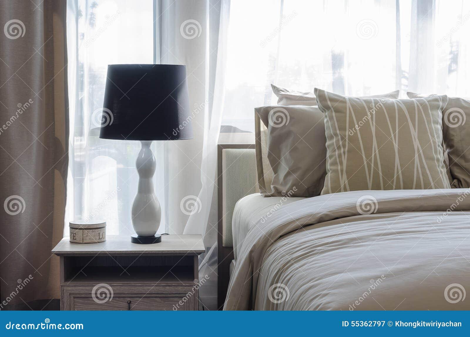 Lampada in bianco e nero sulla tavola di legno in camera da letto di lusso