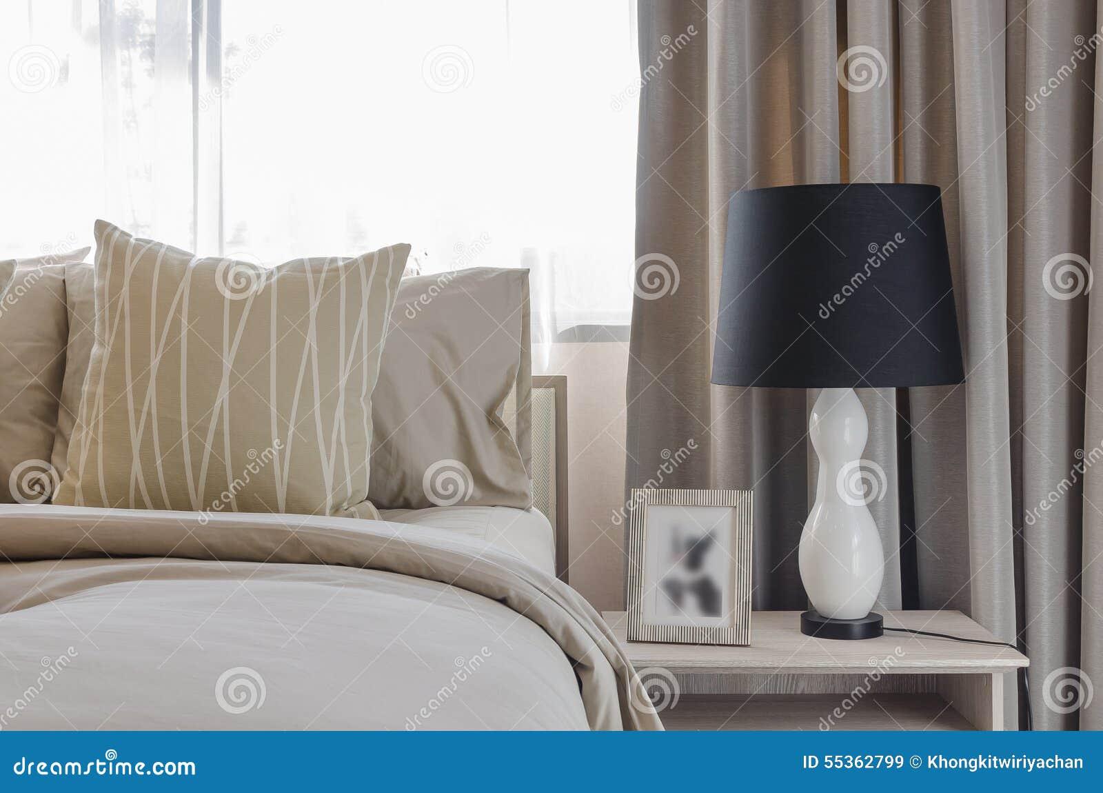 Lampada in bianco e nero sulla tavola di legno in camera da letto