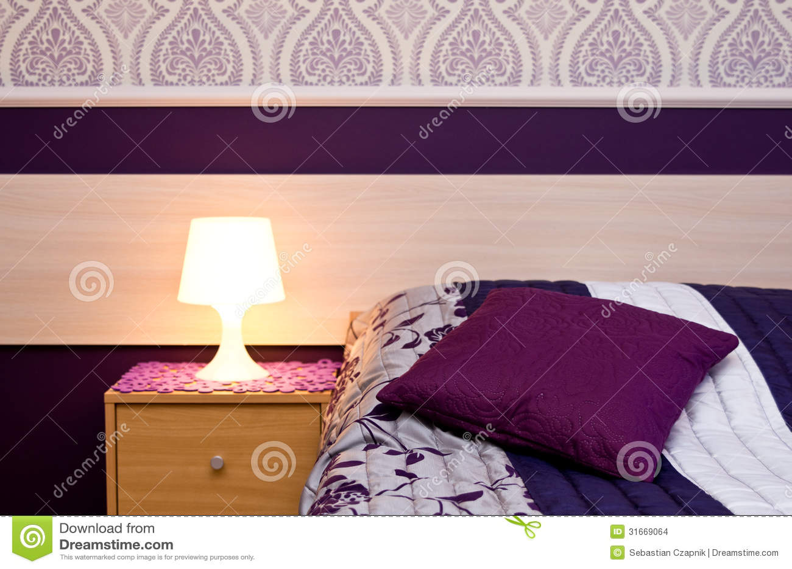 Lampada con i dettagli viola della camera da letto di tema - I segreti della camera da letto ...