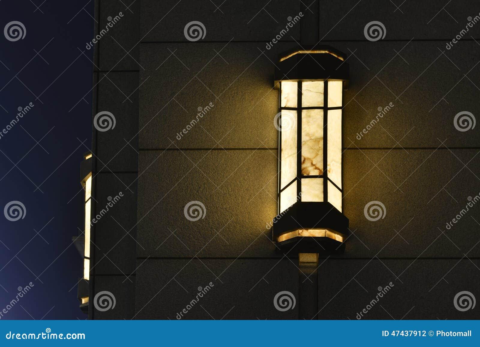 Lampada da parete decorata sulla parete esterna alla notte