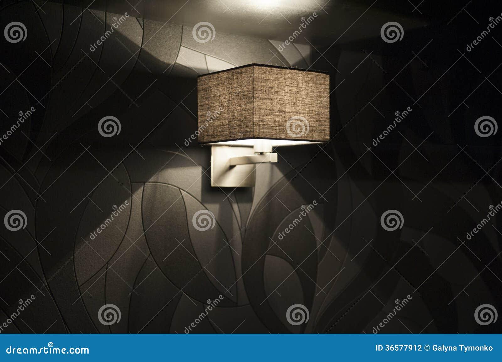 Lampada da parete moderna nella camera da letto fotografia stock immagine di luce cuscino - Parete camera da letto moderna ...