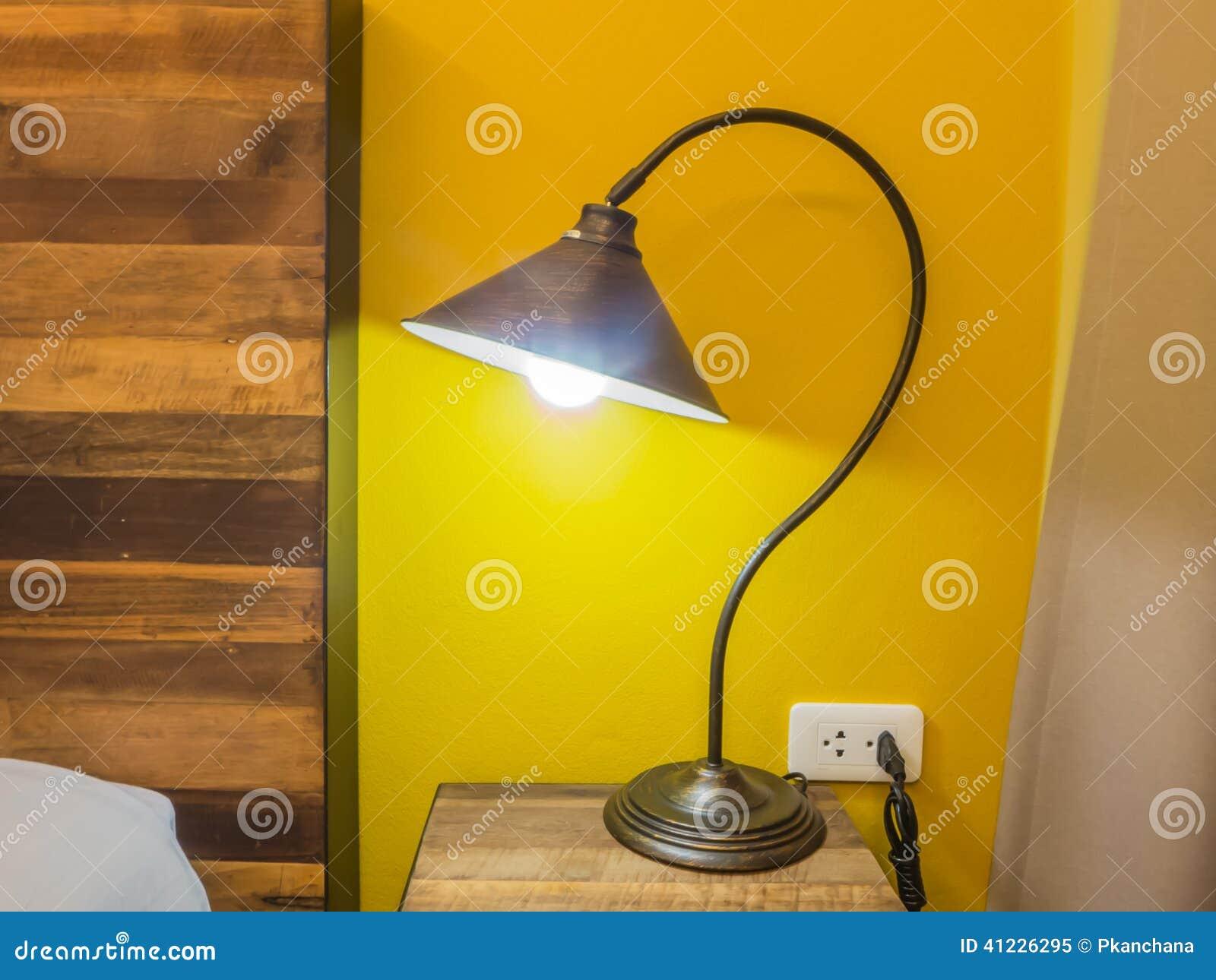 Lampada Da Tavolo Nella Camera Da Letto Immagine Stock ...