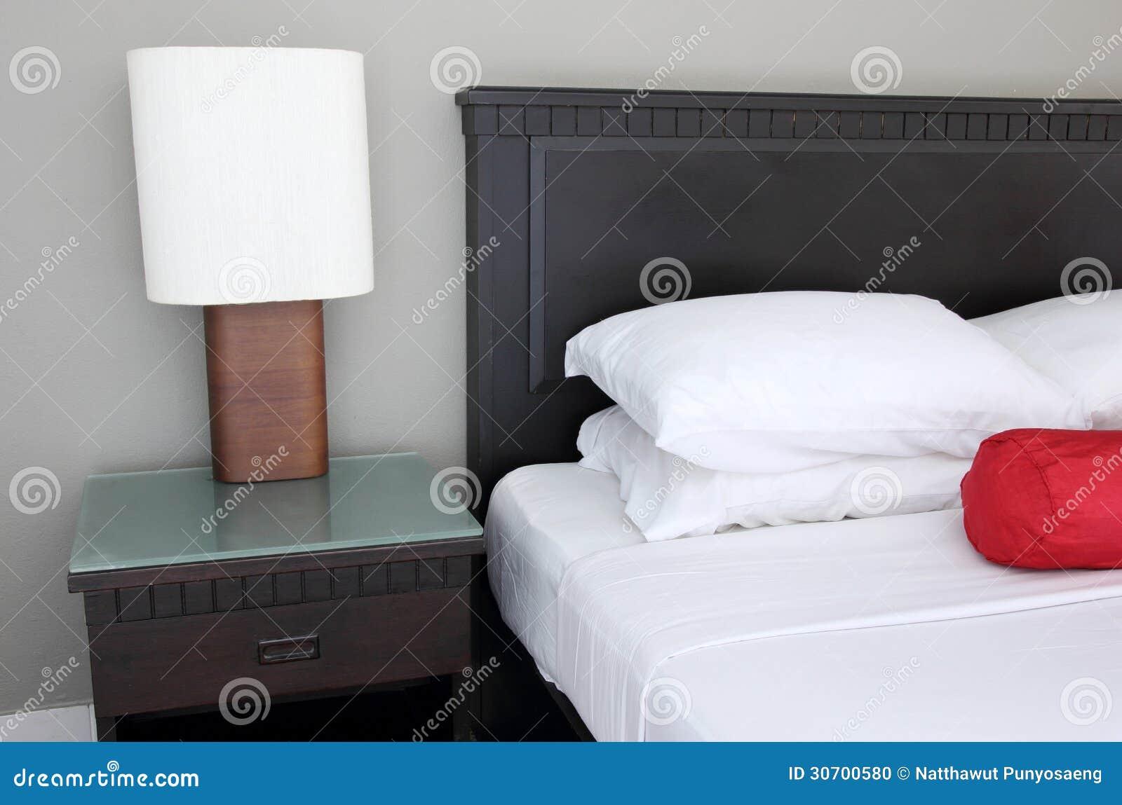 Lampada da tavolo sulla camera da letto fotografia stock immagine di accessorio mobilia 30700580 - Tavolo da letto ...