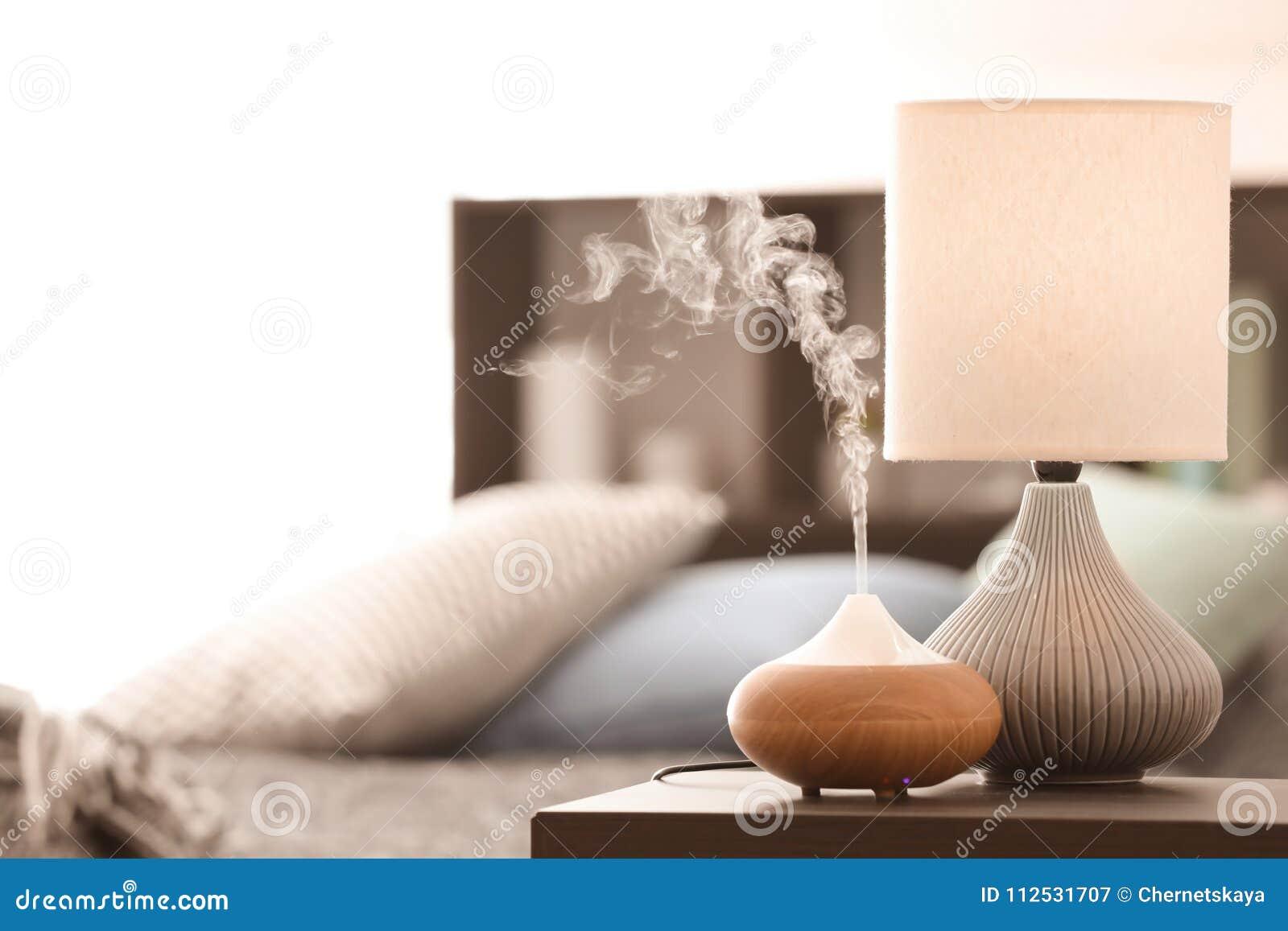 Lampada dell aroma sulla tavola