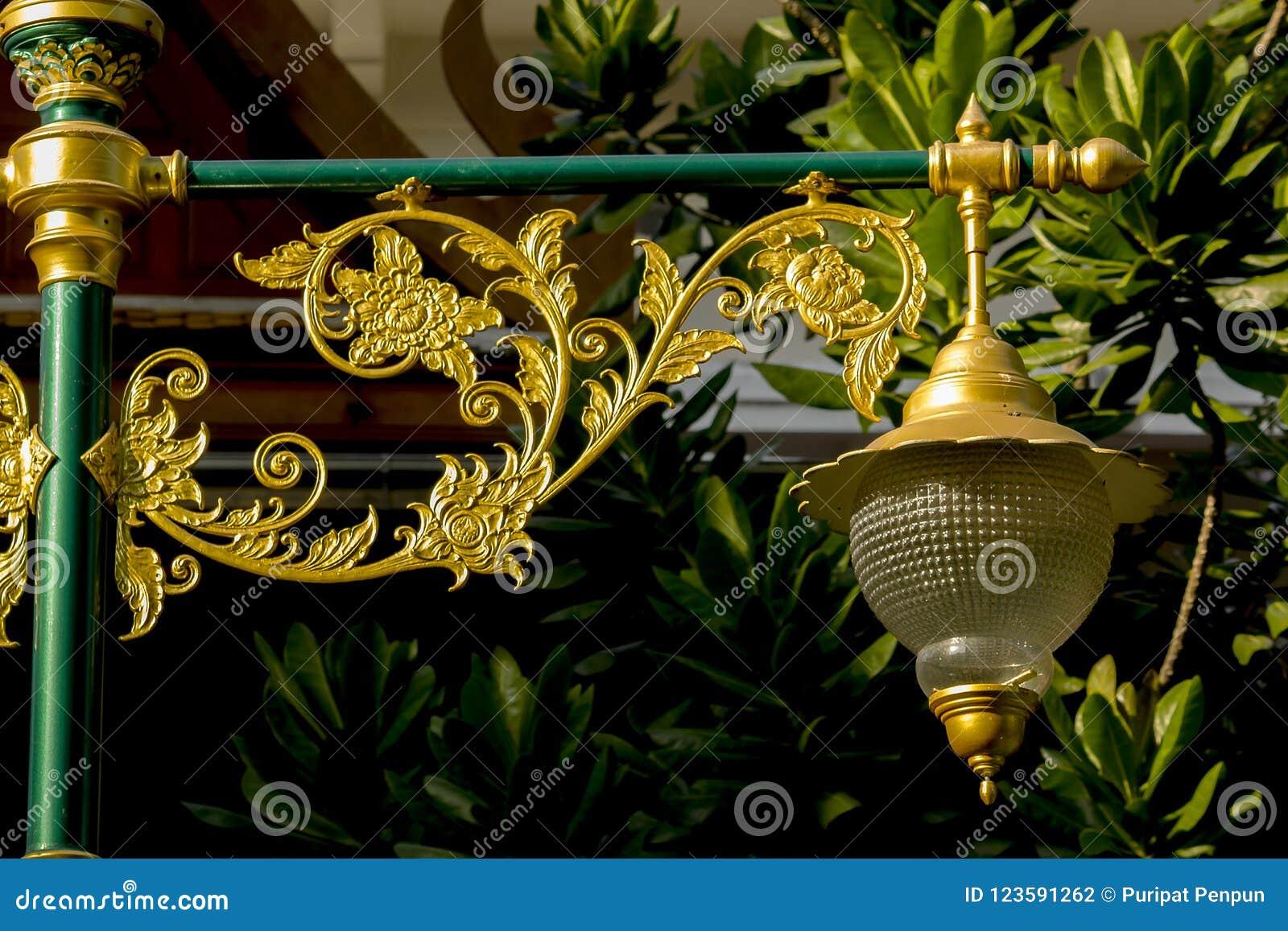 Lampada dorata con il modello tailandese