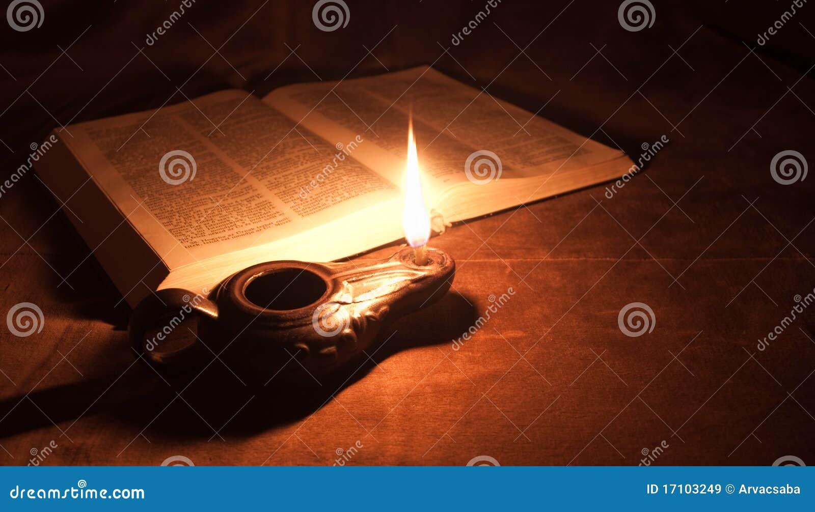 Lampada e bibbia di olio