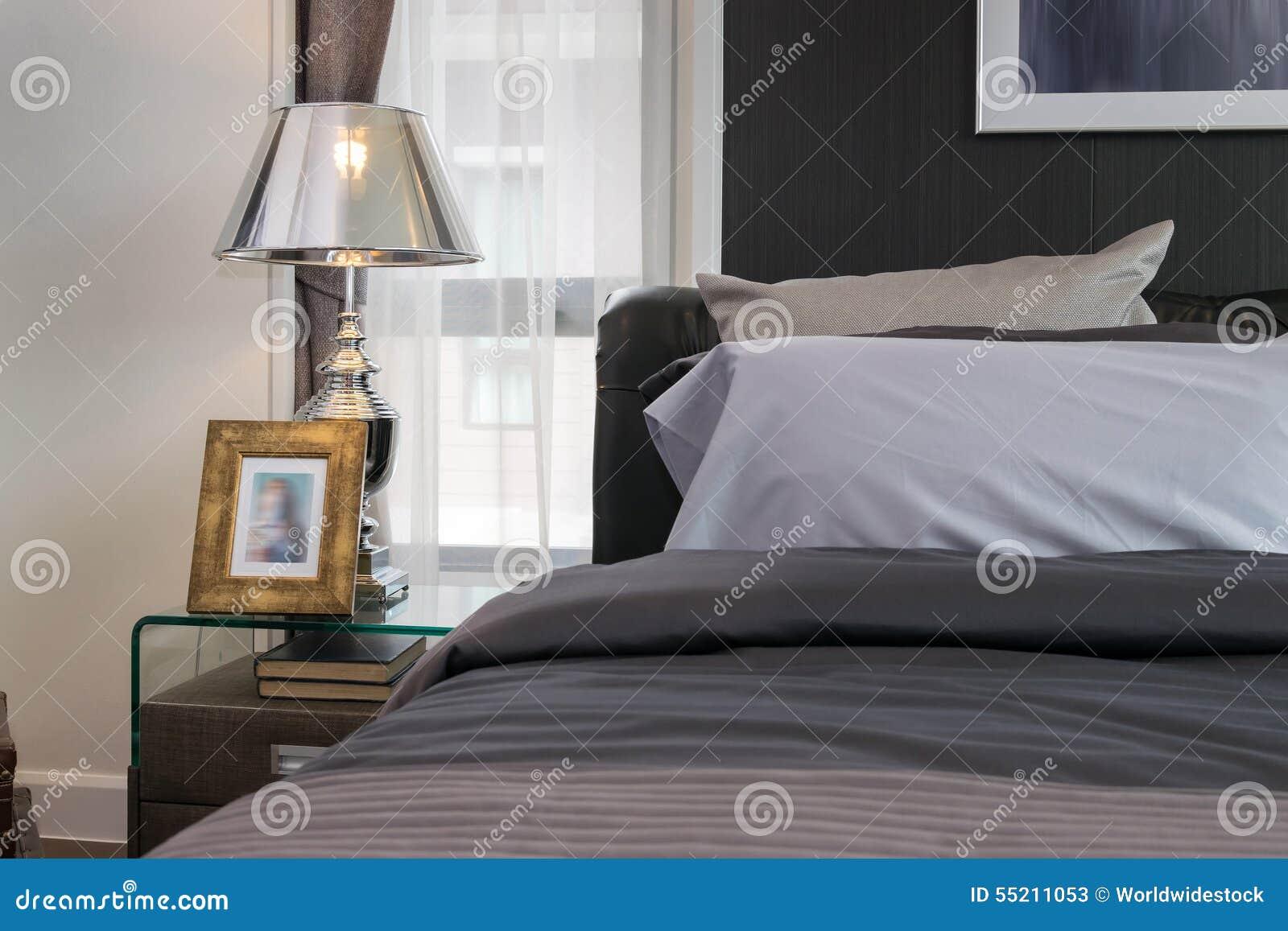 Lampada e cornice sul comodino camera da letto stock - Giochi da baciare sul letto ...