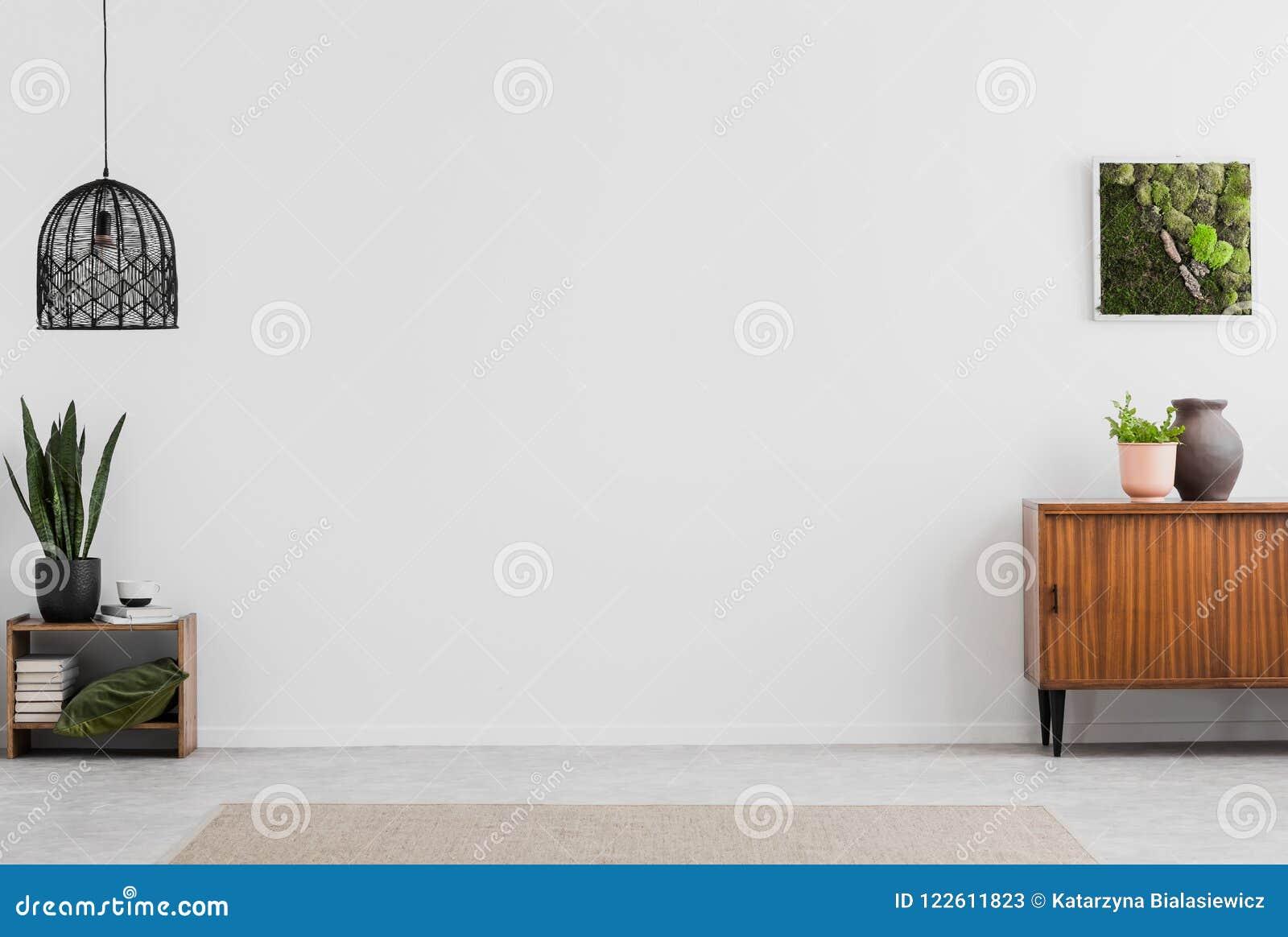 Lampada e manifesto nell interno vuoto bianco del salone con le