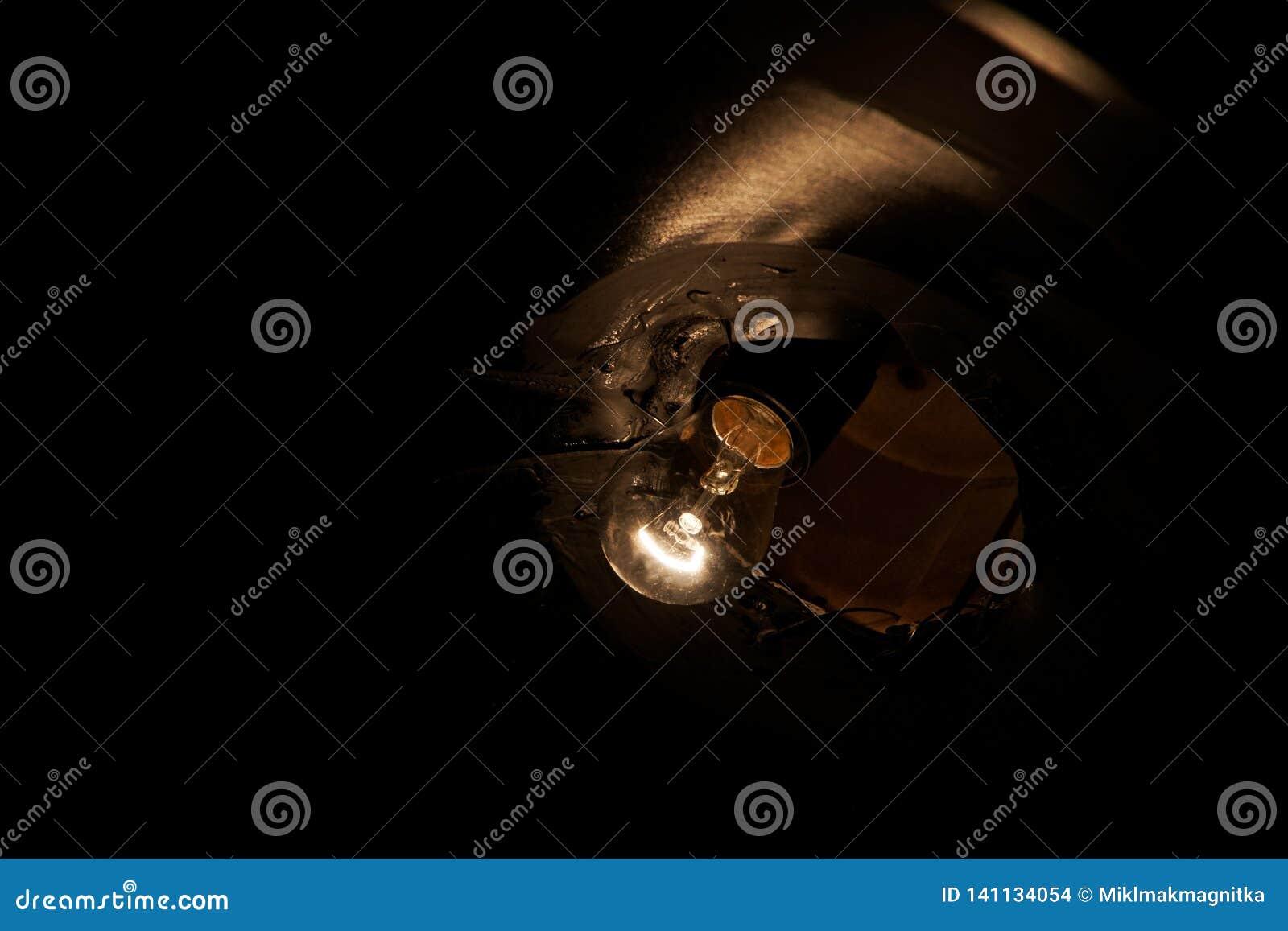 Lampada incandescente a bassa potenza in un soffitto scuro