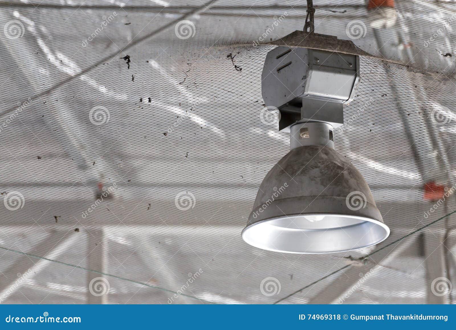 Lampada industriale sporca alta illuminazione della baia fotografia