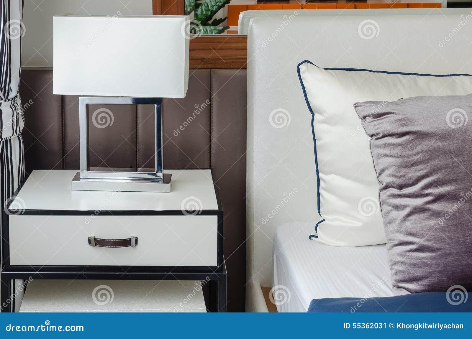 Lampada moderna bianca sulla tavola bianca in camera da letto