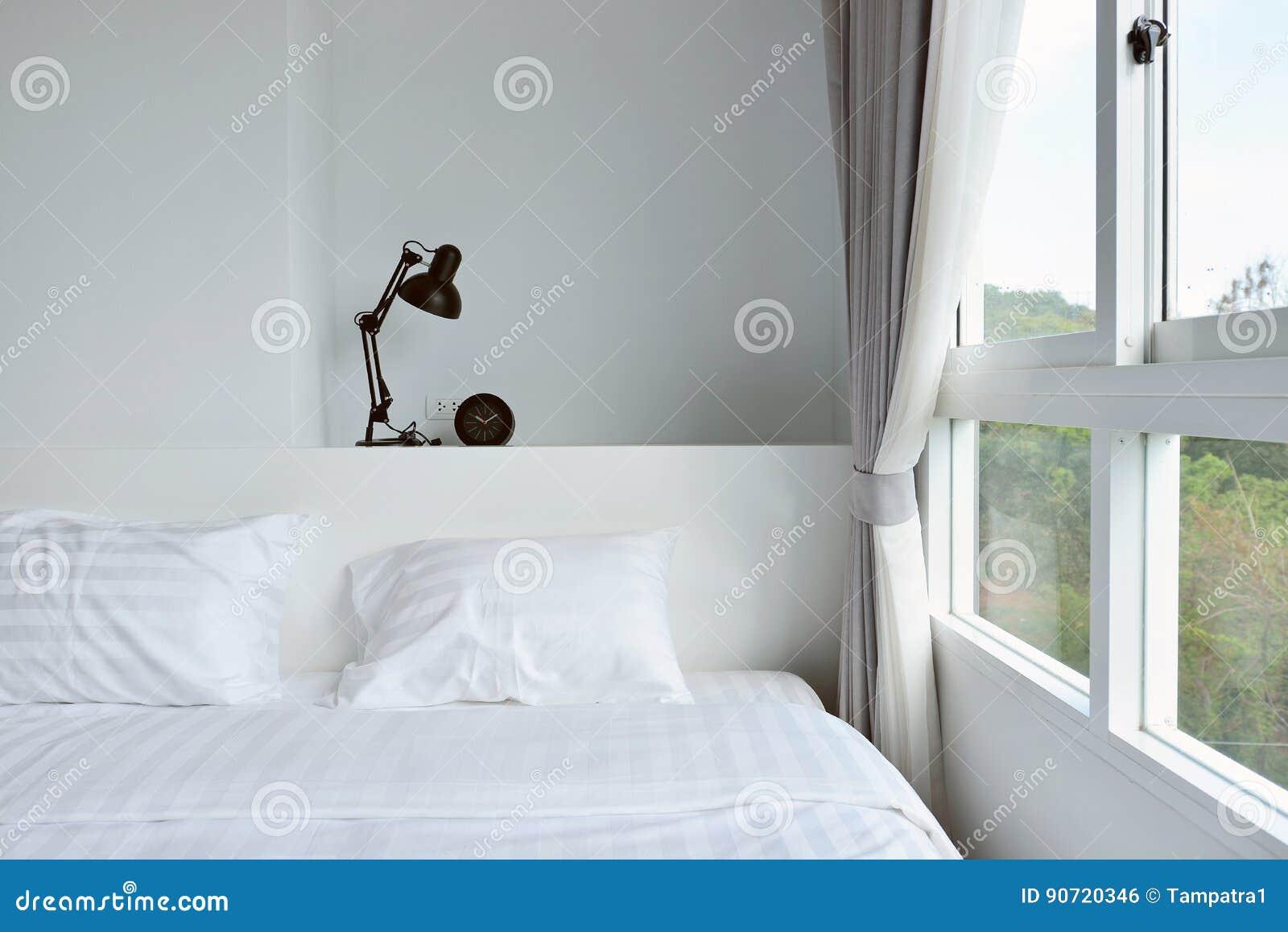 Lampada moderna sul comodino di legno in camera da letto moderna