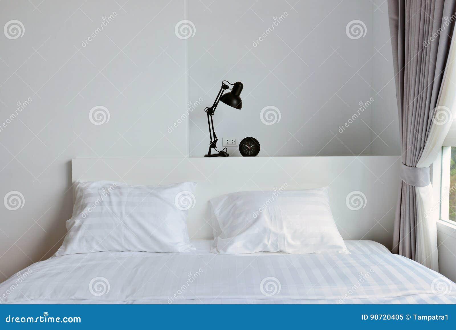 Comò Camera Da Letto Moderna : Lampada moderna sul comodino di legno in camera da letto moderna